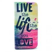Δερμάτινη Θήκη Πορτοφόλι με Βάση Στήριξης για iPhone 6 / 6s - Η Φράση Ζήσε τη Ζωή που Θέλεις στα Αγγλικά σε Φούξια Μπλε Φόντο